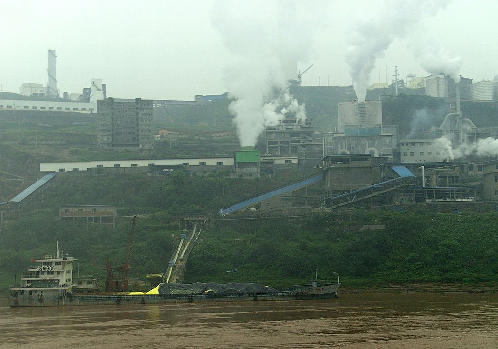A factory along the Yangtze River in China. High Contrast / Wikimedia Commons.