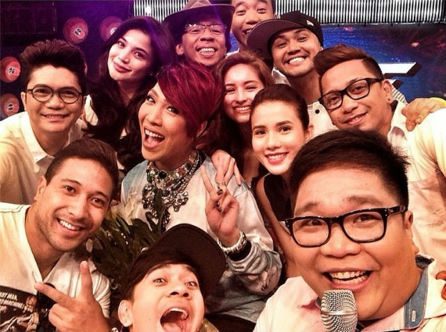"A selfie of the complete ""It's Showtime"" cast. Photo courtesy of @jugsjugsjugs on Instagram."