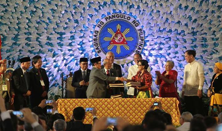 Signing of the Comprehensive Agreement on the Bangsamoro (CAB). (Photo:  Pres. Noynoy Aquino (P-Noy)'s Facebook Page)
