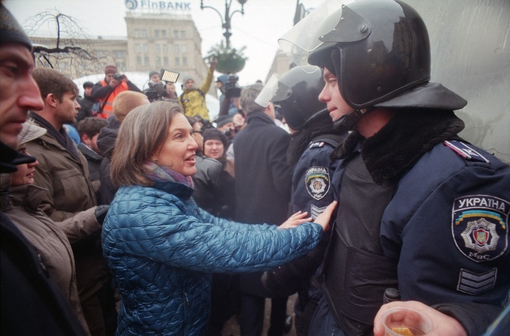 U.S. Secretary of State Victoria Nuland, Independence Square in Kiev, distributes bread to soldiers after their retreat. 2013. Roman Mikhailiuk / Shutterstock