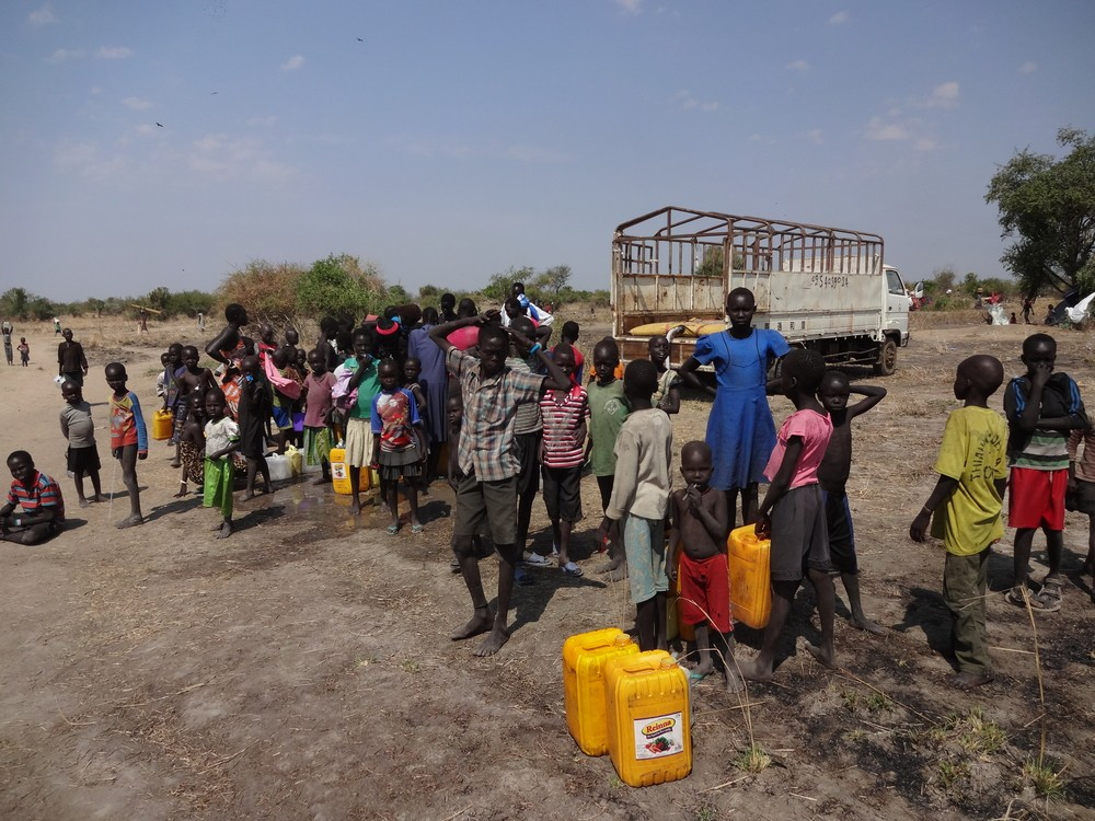 Refugees in sothern Sudan line up for water (January 9, 2014) File photo: Paskee / Shutterstock