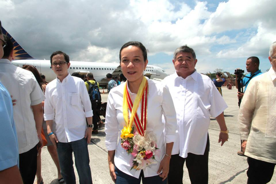 Sen. Grace Poe upon arrival in Tagbilaran City, Bohol. Photo courtesy of Sen. Poe's official Facebook page.