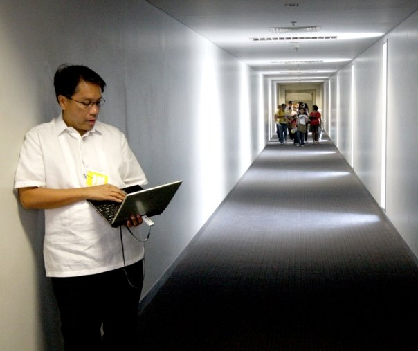 DILG Secretary Mar Roxas answering emails while waiting for his flight. Photo courtesy of Roxas' official Facebook page.