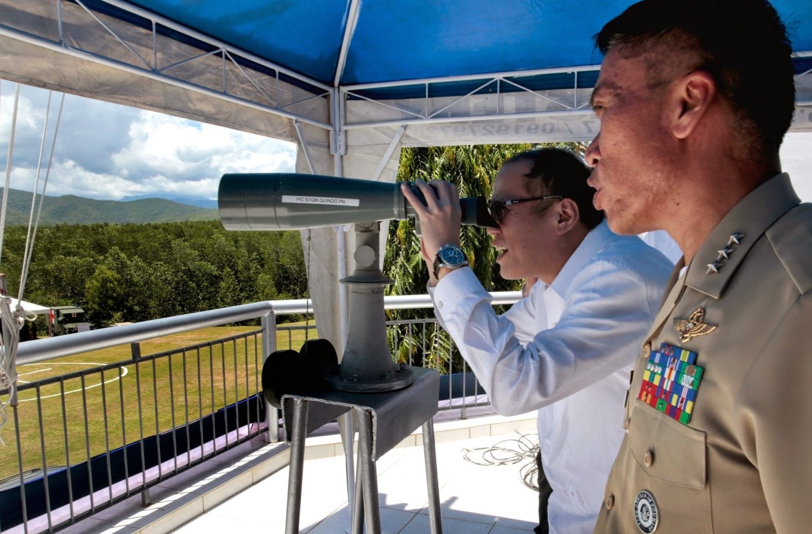 President Benigno S. Aquino III checks out the view of the West Philippine Sea from the administration building of Philippine Navy headquarters in Palawan during the 116th Anniversary of the Philippine Navy at the open grounds of the Naval Forces West naval station, Puerto Princesa City, Palawan on Tuesday (May 27). (Photo by Gil Nartea / Malacañang Photo Bureau)