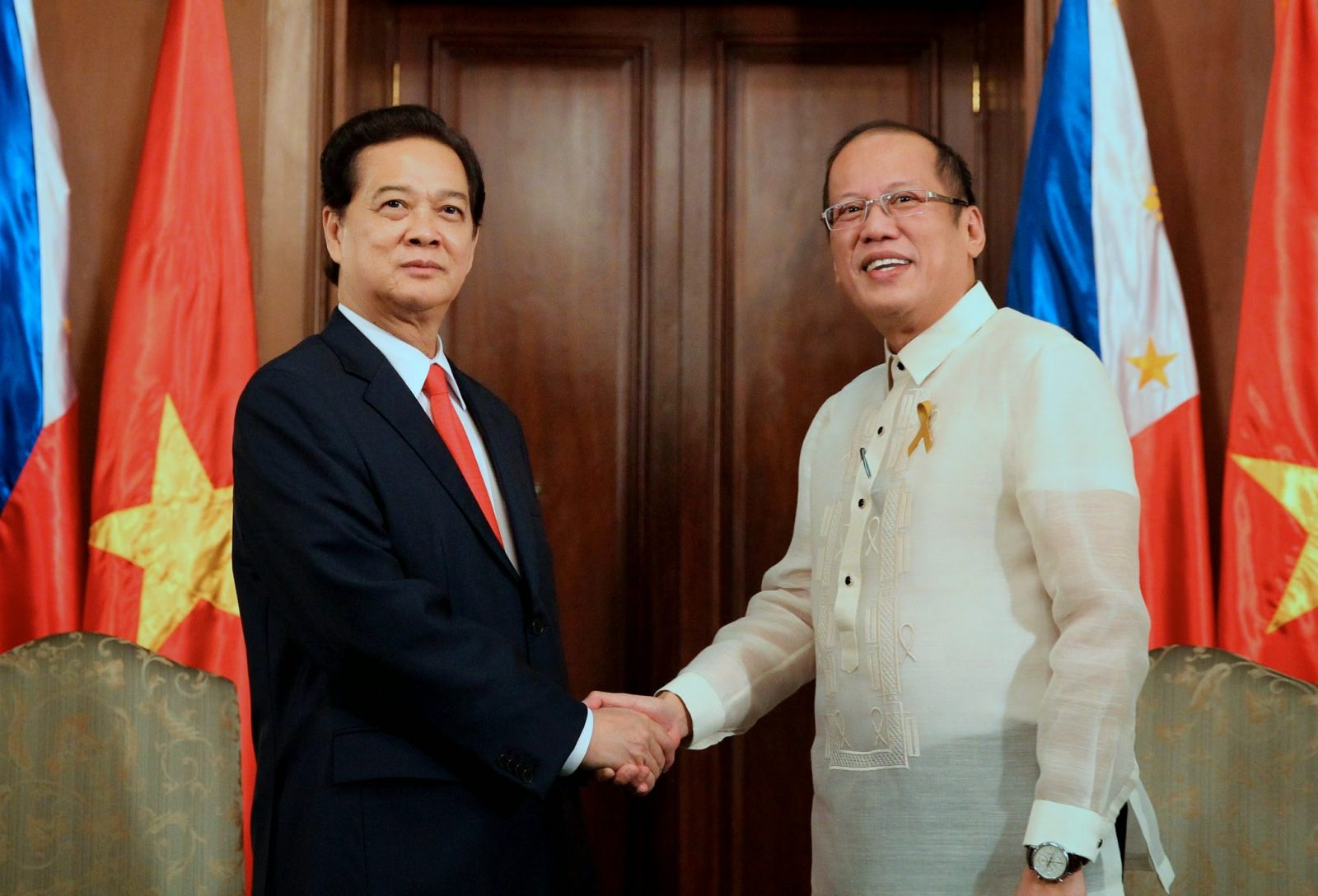 President Benigno S. Aquino III shakes hands with Prime Minister Nguyen Tan Dung of the Socialist Republic of Viet Nam during the courtesy call at the Music Room of the Malacañan Palace Wednesday (May 21) for a 2 -day working visit to the Philippines. Viet Nam was the country's 18th trading partner in 2013, with the total trade amounting to US$ 1.33 billion. This is the Prime Minister's second visit to the Philippines since August 2007. (Photo by Ryan Lim / Malacañang Photo Bureau)