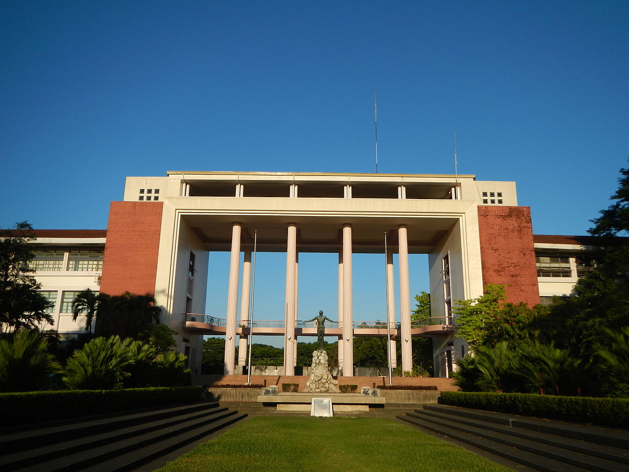 The Oblation at the University of the Philippines in Diliman Quezon City. Ramon F. Velasquez / Wikipedia photo