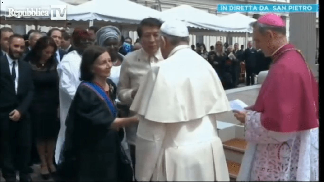 Ilocos Norte Congressman Rodolfo Farinas approaches Pope Francis with PH Ambassador Mercedes Tuazon. / PCI screenshot