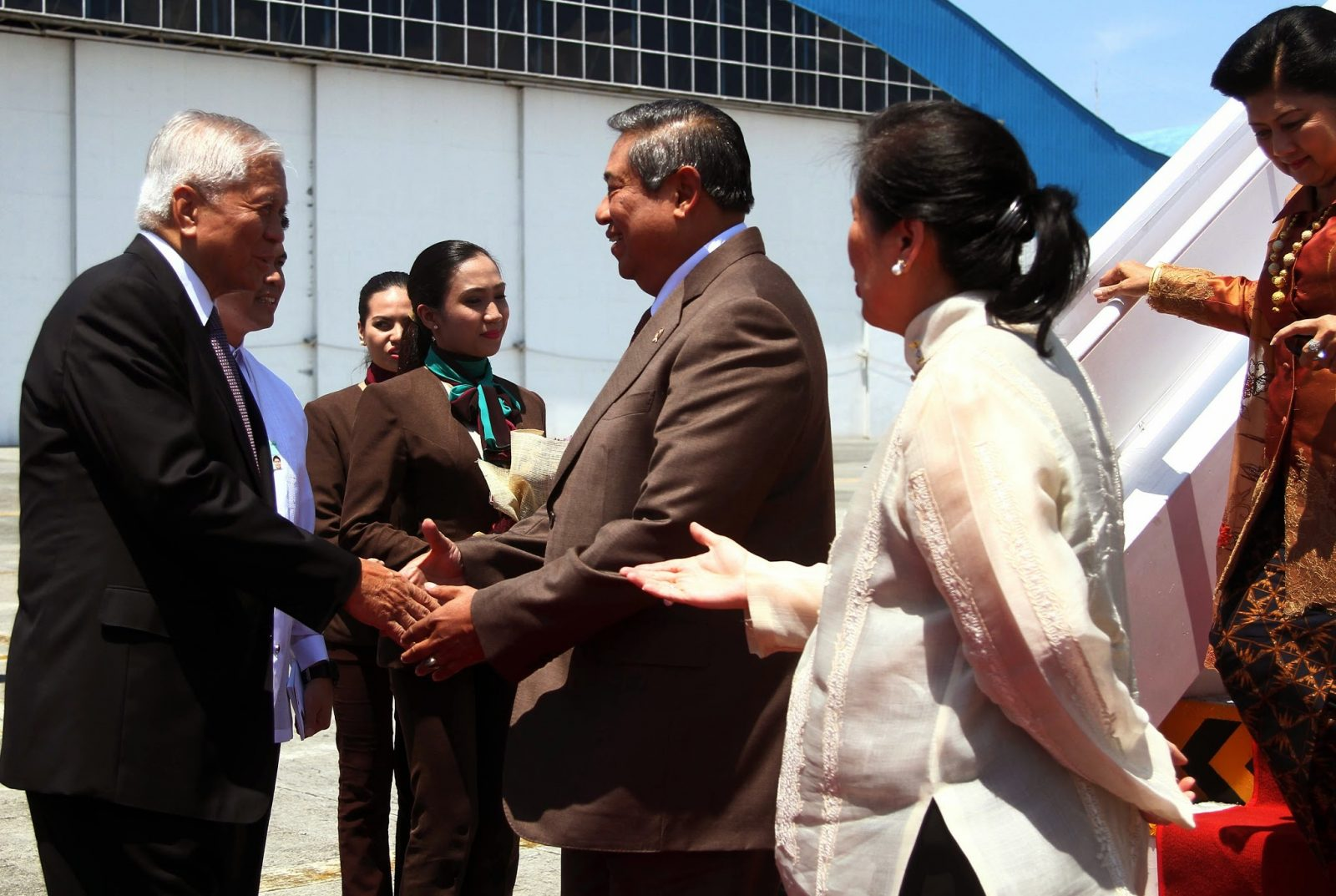 President of the Republic of Indonesia His Excellency Dr. Susilo Bambang Yudhoyono and Mrs Ani Bambang Yudhoyono are welcomed by Department of Foreign Affairs (DFA) Secretary Albert del Rosario upon their arrival at the Bulwagang Kalayaan, Villamor Air Base in Pasay City on Thursday (May 22). (Photo by Marcelino G. Pascua)