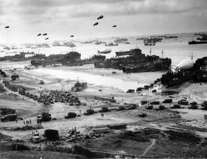 Photo of the Omaha beach,  Normandy after securing it in 1944. / Wikipedia Photo