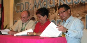 "Asian Development Bank (ADB) Country Director Richard Bolt (left) and World Bank Country Director Motoo Konishi (right) sign a Memorandum of Understanding (MOU) with DSWD Secretary Corazon J. Soliman for the implementation of expansion of Kalahi-CIDSS NCDDP, which will be implemented to poor barangays in 847 municipalities of the country. Priority will be given to ""Yolanda"" devastated regions to empower poor communities and speed-up their rebuilding process as an effective way to alleviate poverty. (PNA photo by Leilani S. Junio)"