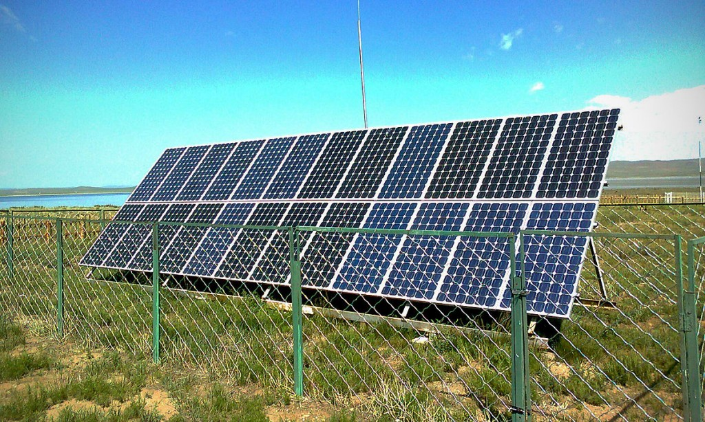 A solar array composed of a solar panel with 24 solar modules. Photo by Chinneeb / Wikimedia Commons.
