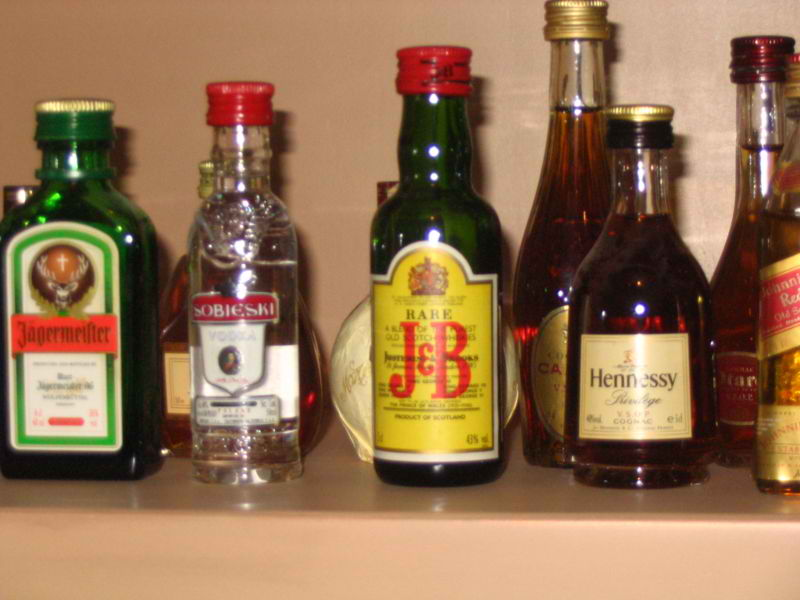 Various alcoholic beverages. Photo by Or17 / Wikimedia Commons.