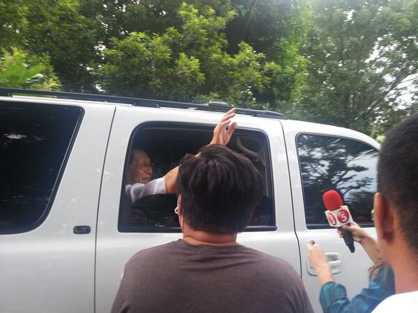 A smiling Enrile waived to the media before he left his house. Photo courtesy of Joyce Ilas via Twitter.