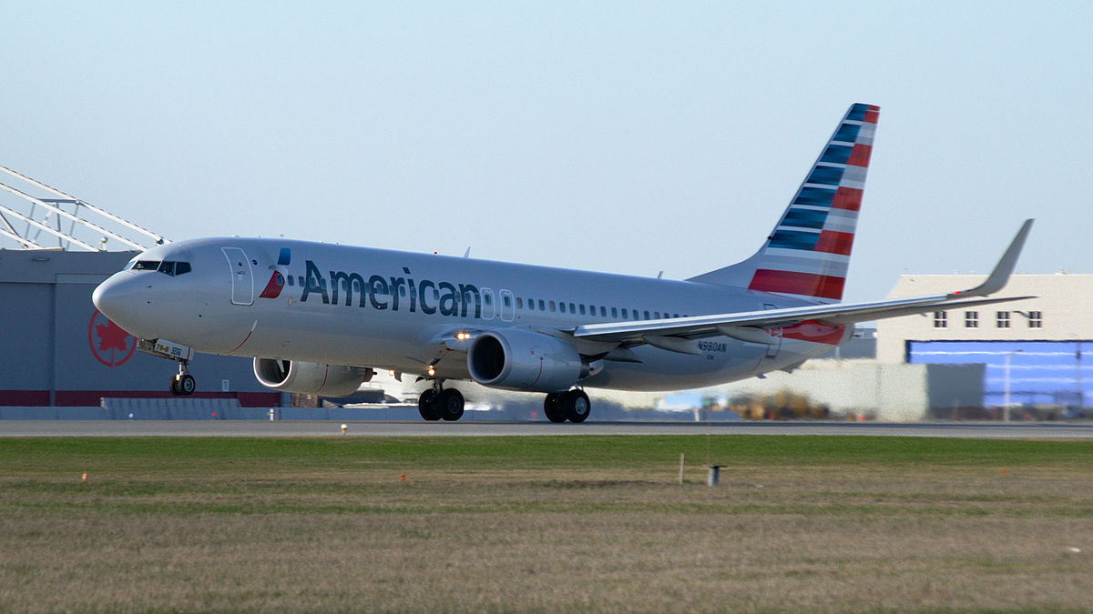 An American Airlines Boeing 737-800 with new livery taking off from Montréal Airport. Photo by Alexandre Gouger / Wikimedia Commons.
