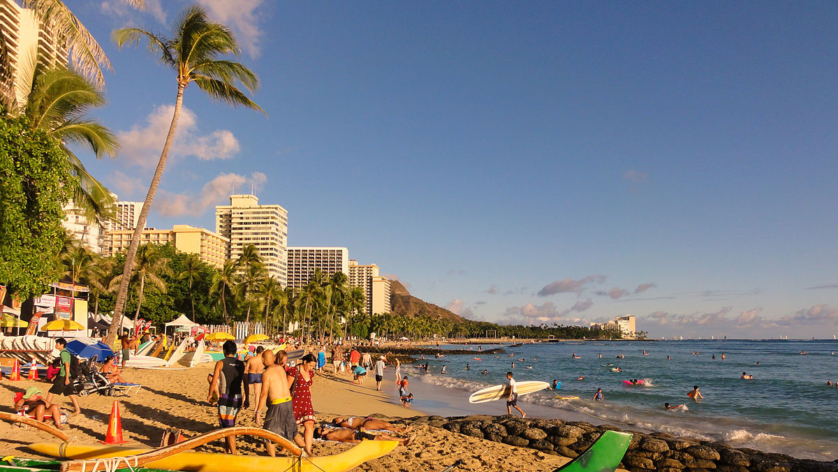 Waikīkī beach looking towards Diamond Head. Photo by Cristo Vlahos / Wikimedia Commons.