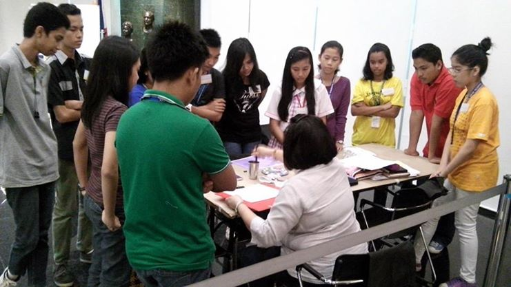 """""""Right to Write"""" art workshop with Eileen Escueta for public school students. (Photo courtesy of Ayala Museum's Facebook page)"""