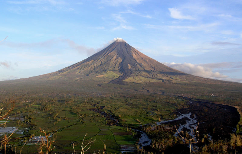 Mayon Volcano (Tomas Tam / Wikipedia)
