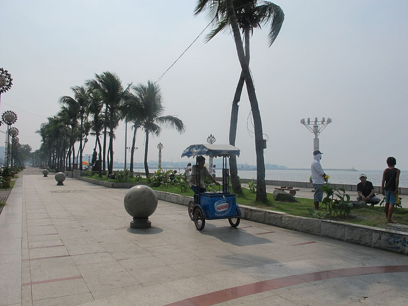 Roxas Boulevard Baywalk in Manila (Wikipedia photo)