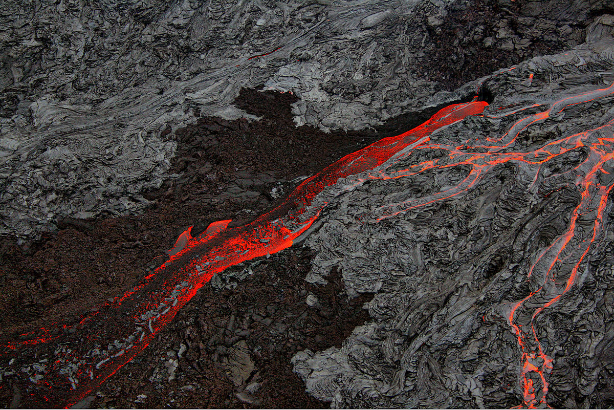 Lava flows side by side at the Big Island of Hawaii in September, 2007. Brocken Inaglory / Wikimedia Commons.