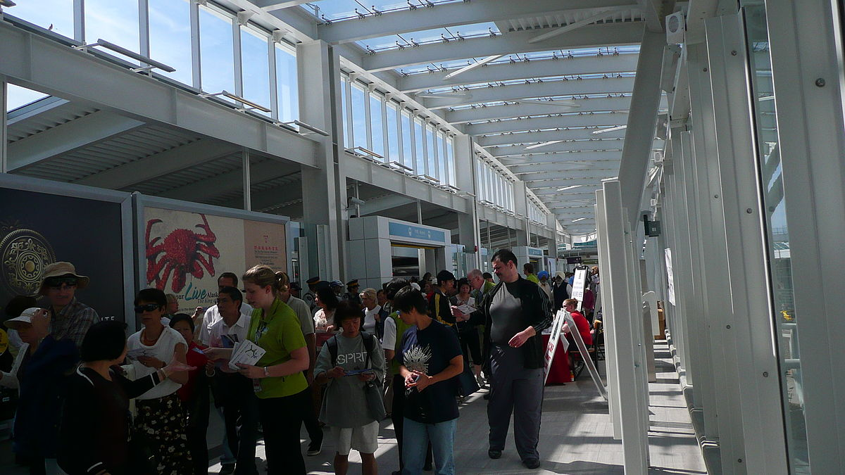 Ticket concourse at the Vancouver International Airport. Adrianhjleung / Wikimedia Commons.