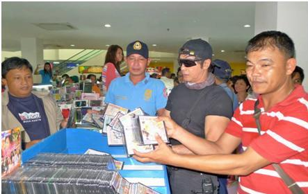 Raiding stores selling pirated DVDs (Photo courtesy of CIDG)