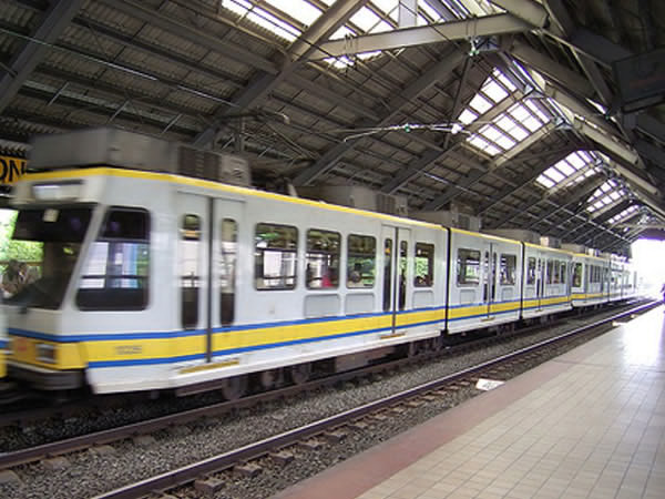 Photo of LRT-1 train taken from Metro Manila Roadway, an MMDA initiative (MMRoadway.com)