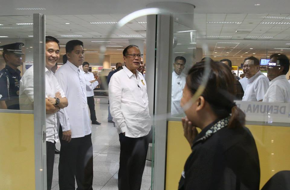 President Benigno S. Aquino III inspects the status of the terminal transfer of five foreign airlines (Delta, KLM, Emirates, Singapore Airlines, and Cathay Pacific) from NAIA T1 to T3; the passenger volume and traffic; and airport security among others at the Ninoy Aquino International Airport (NAIA) Terminal 3 (T3) in Pasay City on Tuesday night (October 07, 2014).also in photo Transportation and Communications Secretary Joseph Emilio Aguinaldo Abaya Tourism Secretary Ramon Jimenez, Jr. Manila International Airport Authority (MIAA) general manager M/Gen. Jose Angel Honrado (Ret.) (Photo by Ryan Lim/ Malacañang Photo Bureau)