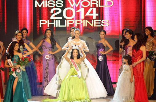 Miss World 2013 Megan Young passing the crown to Miss World Philippines 2014 Valerie Weigmann (Photo from Weigmann's Facebook page)