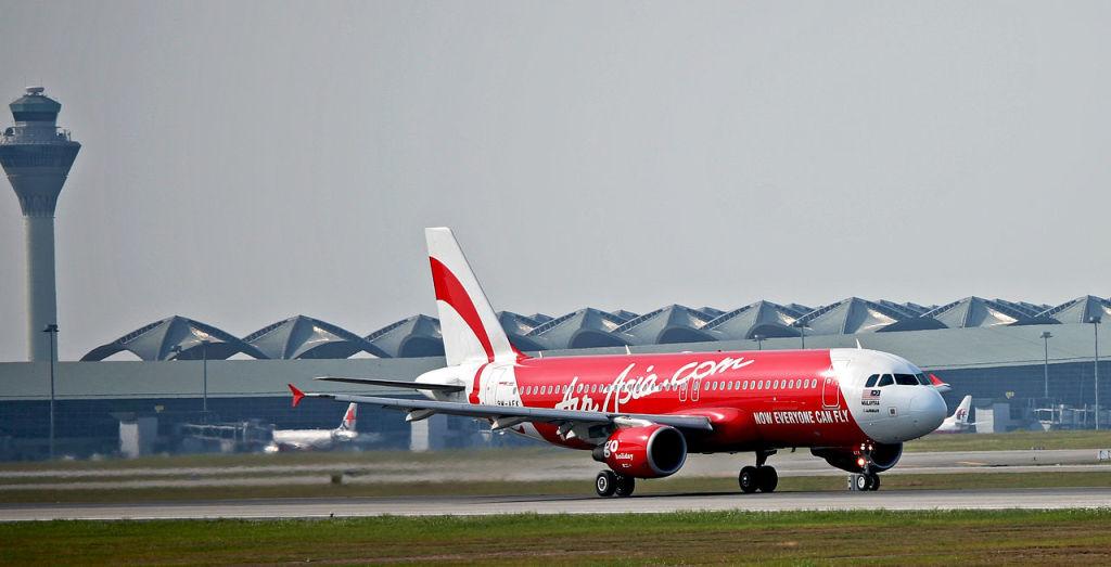 AirAsia Airbus A320 departing Kuala Lumpur International Airport. Jyi1693 / Wikimedia Commons.