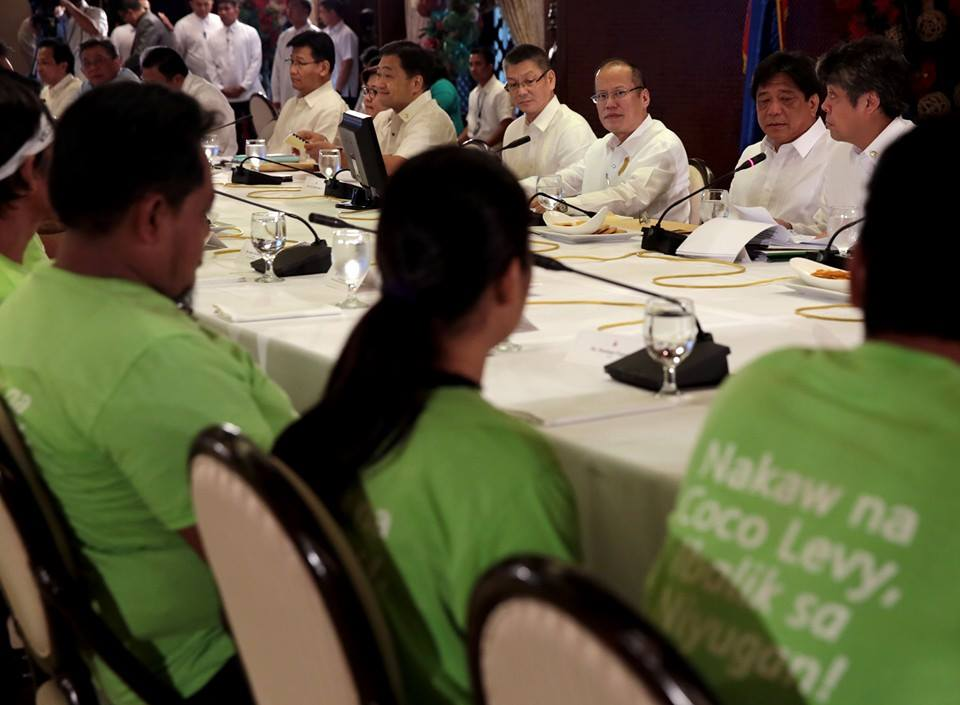 Pres. Aquino with coco farmers during a discussion about the Coco Levy Fund (Malacanang Photo Bureau)