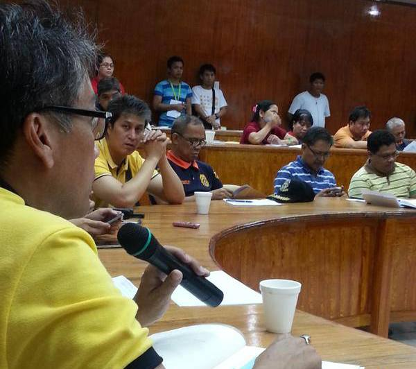 DILG Secretary Mar Roxas in joint NDRRMC-PDRRMC briefing; he emphasized the President's instructions to evacuate residents in coastal areas. (Sec. Edwin Lacierda / Official Gazette of the Republic of the Philippines FB page)