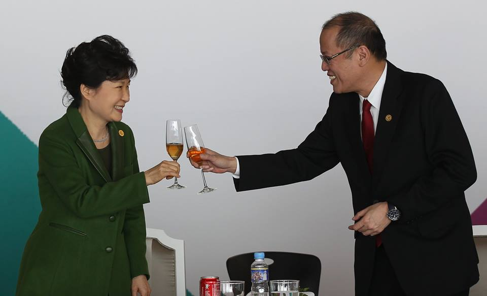 President Benigno S. Aquino III and Korean President Park Geun-Hye offer a toast during the Leaders Luncheon at the Luncheon Hall of the Nurimaru APEC House for the 25th ASEAN-Republic of Korea Commemorative Summit on Friday (December 12, 2014). (Photo by Ryan Lim / Malacañang Photo Bureau)