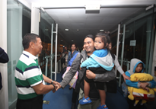 VP Jejomar Binay welcomes an OFW and his kid (VP Binay Facebook page)