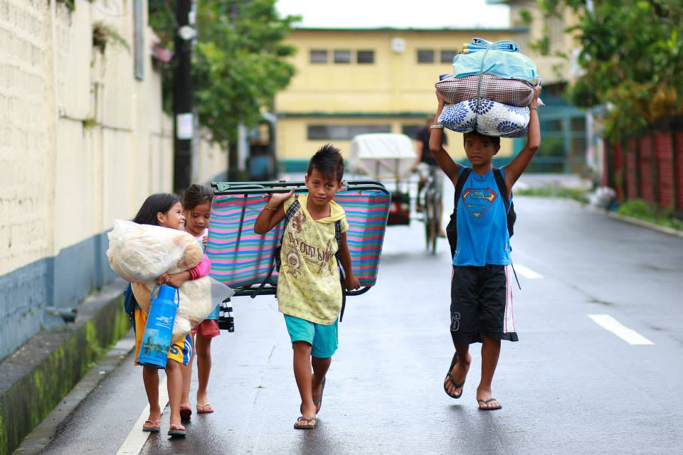 Kids treading back home in Albay (Photo by Wang regalado via Gov. Joey Salceda's Facebook page)