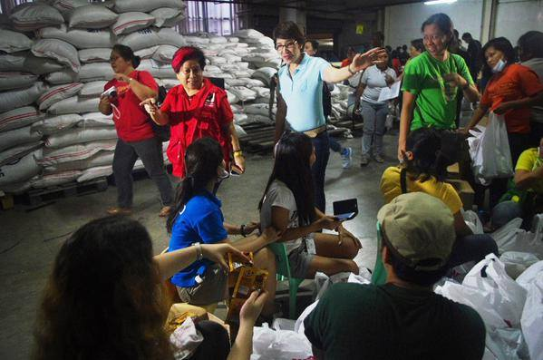 DSWD to deliver via C-130 some 10,000 food packs from the Cebu International Convention Center to Borongan, Eastern Samar, to augment the 'Ruby' resources of the LGUs for residents (Official Gazette of the Republic of the Philippines' Facebook page)