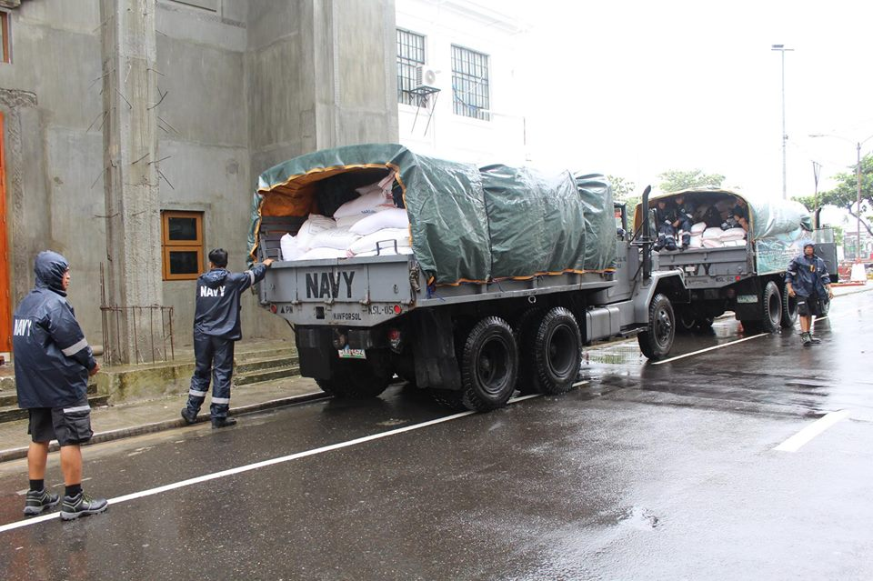 Tabaco City, Albay: As of December 7, 2014, 11:21 a,m., a total off 184 sacks of Rice from NFA Tabaco were hauled, transported, and distributed by units to the city's thirteen barangays. (Photo via Naval Forces - Southern Luzon)