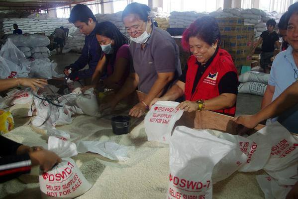 Volunteers repacking relief goods at the Cebu International Convention Center in Mandaue, Cebu. Those who wish to volunteer in the repacking of relief goods for #RubyPH-hit LGUs are welcome at CICC.  (Official Gazette of the Republic of the Philippines' Facebook page)