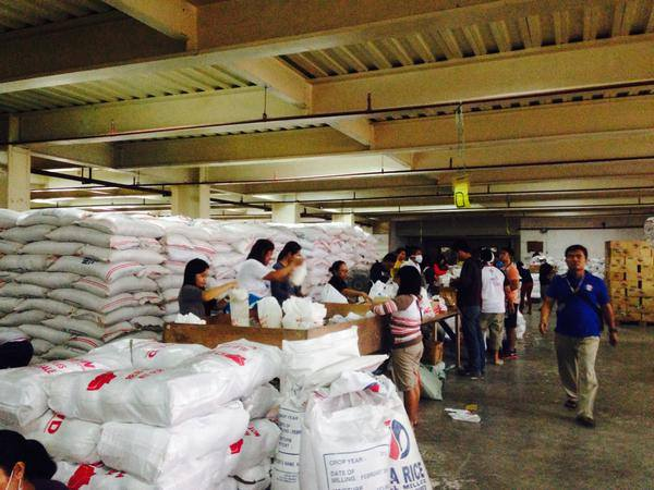 DSWD staff and volunteers at the Cebu International Convention Center in Mandaue, Cebu. Those who wish to volunteer in the repacking of relief goods for #RubyPH-hit LGUs are welcome at CICC.  (Photo by the Presidential Communications Development and Strategic Planning Office)