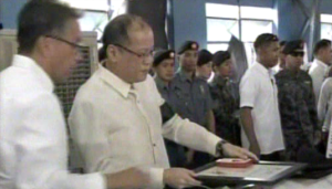 President Benigno Aquino III pays his respects to the fallen policemen of PNP-SAF (screenshot from RTV Malacanang)