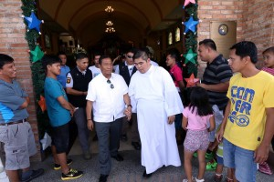 Vice President Jejomar 'Jojo' Binay attends the Mass at the Immaculate Conception Parish in Angeles City, Pampanga. (Facebook photo)