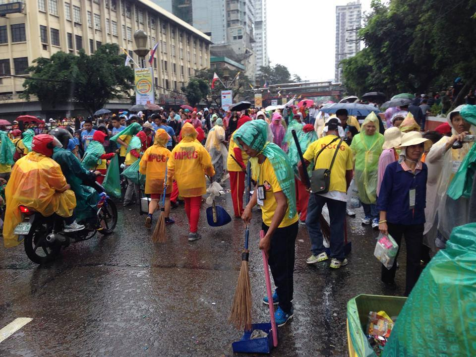 """""""MMDA sweepers immediately cleaning after the crowd during the Papal Visit 2015."""" (MMDA Facebook page)"""