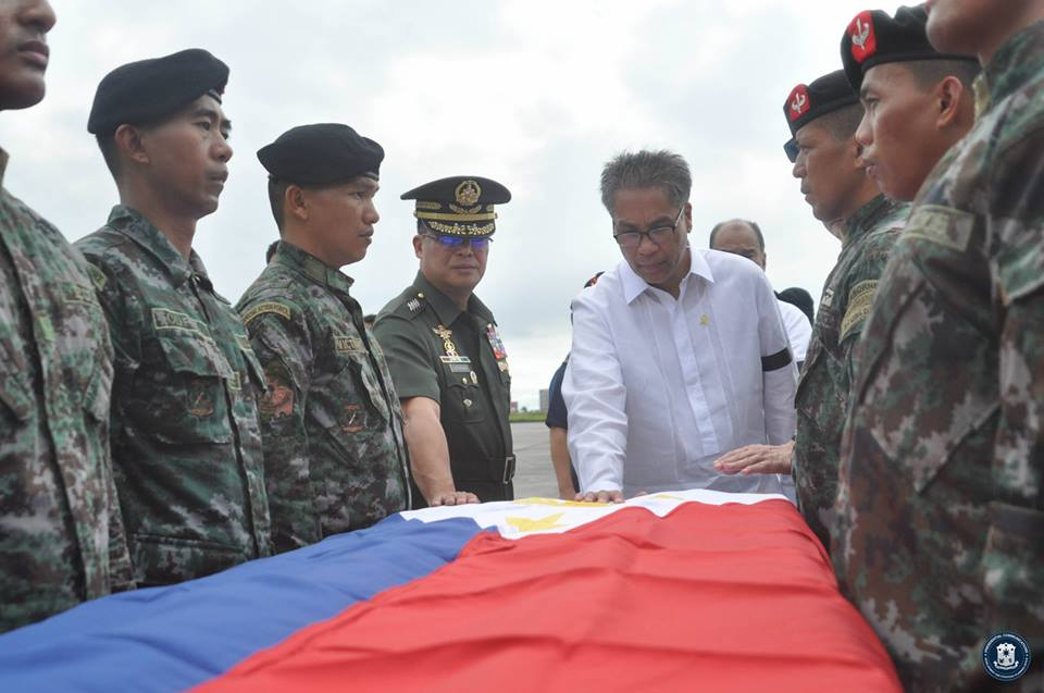 The fallen PNP SAF were accorded arrival honors, led by the Secretary of the Interior and Local Government Mar Roxas, PNP Deputy Dir. Gen. Leonardo Espina, and AFP Chief of Staff Gen. Gregorio Catapang. (Presidential Communications Development and Strategic Planning Office)