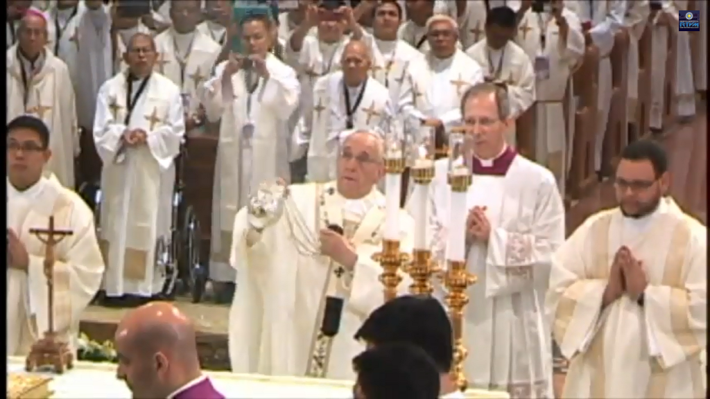 Pope Francis leads the Holy Mass at Manila Cathedral, January 16, Friday. (RTV Malacanang)