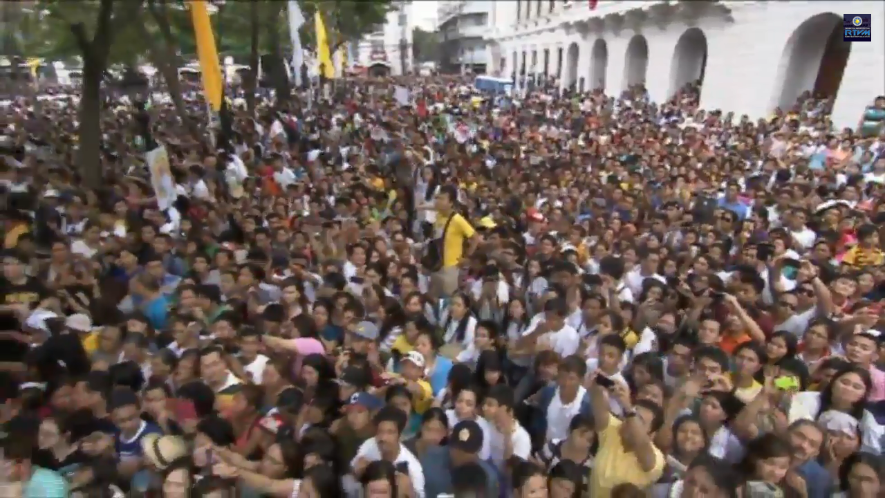 Crowd awaiting Pope Francis outside the Manila Cathedral during the high mass.