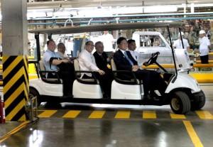 President Aquino taking a tour of the new Mitsubishi manufacturing plant in Laguna. (Gil Nartea / Malacanang Photo Bureau)
