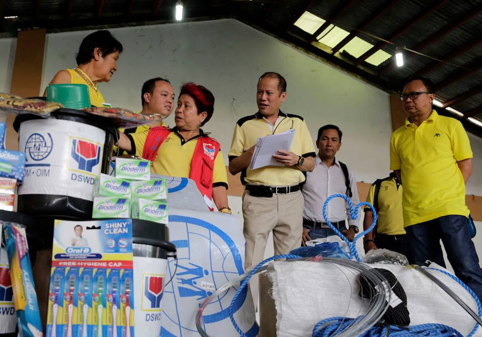 President Benigno Aquino III and DSWD Sec. Dinky Soliman assess goods for 'Ruby' survivors (Malacanang Photo Bureau)
