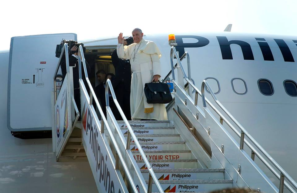 Pope Francis climbs aboard Shepherd One as he waves goodbye to Filipinos after his 5-day trip to the Philippines (Malacanang Photo Bureau)
