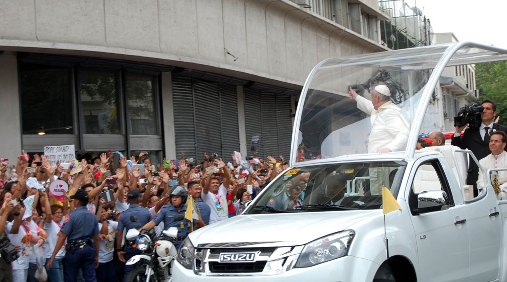 Pope Francis waves to the crowd along Gen. Solano St. in San Miguel, Manila while on his way to the Manila Cathedral after his courtesy visit at Malacanang on Friday (Jan. 16, 2015). (PNA photo by Gil S. Calinga)