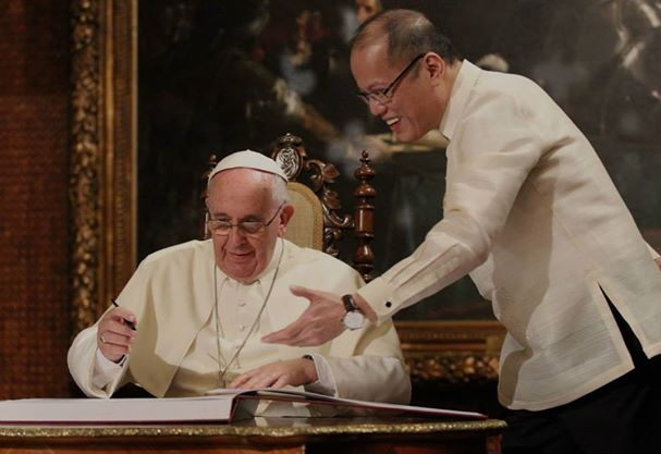 President Benigno S. Aquino III witnesses as Pope Francis signs the Palace Guestbook (Malacanang Photo Bureau)