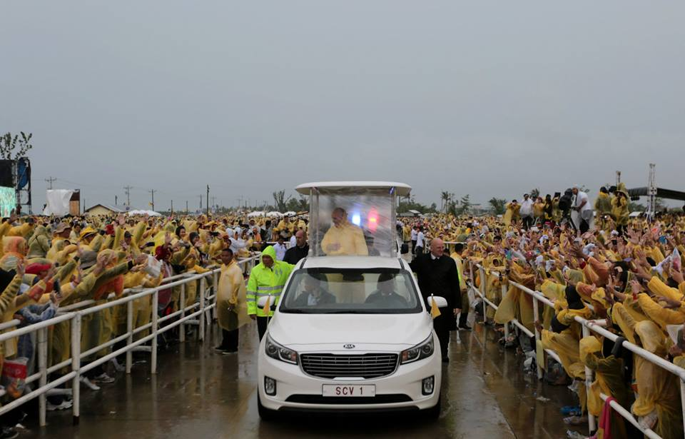 Pope Francis arrives in Tacloban (Malacanang Photo Bureau)